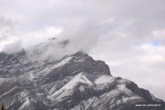 Le sommet du Mont Cascade dans les nuages